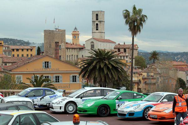 Le voitures de la 55e édition du rallye devant la vieille ville de Grasse.