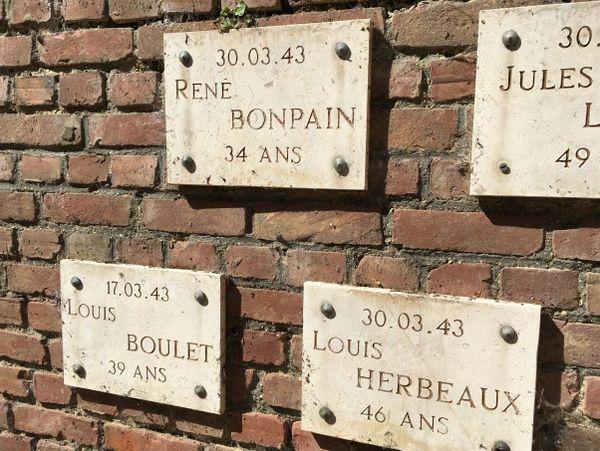 Détail du mémorial du Fort de Bondues rappelant l'exécution de l'Abbé Bonpain et de Louis Herbeaux.