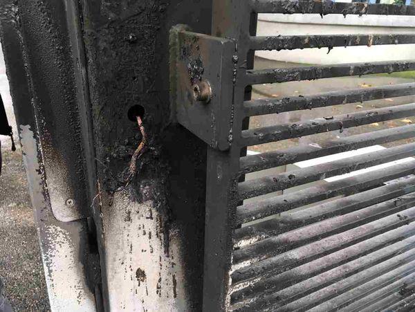 Portail dégradé par un incendie au lycée Pablo Neruda de Saint-Martin-d'Hères près de Grenoble