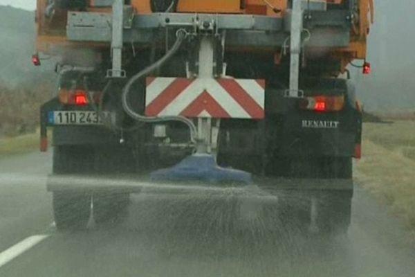 Aude - salage préventif des routes - archives
