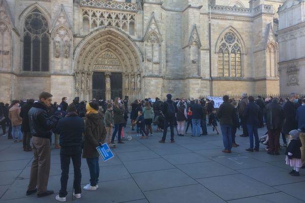 Environ 300 personnes sont rassemblées devant la cathédrale Saint-André à Bordeaux ce dimanche 22 novembre. Elles demandent l'autorisation des offices religieux, interdits depuis le deuxième confinement.