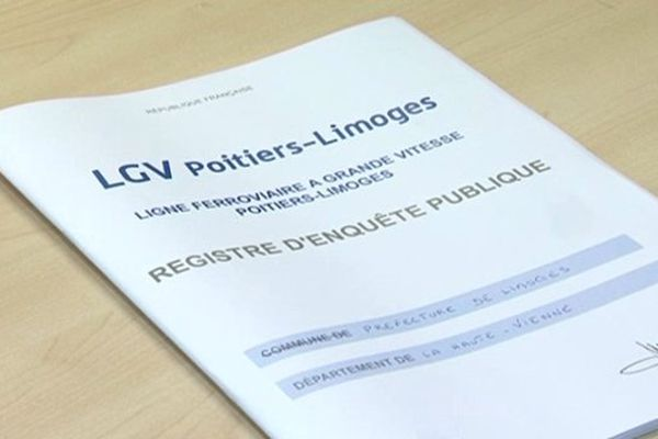 Un exemplaire de registre de l'enquête publique sur la LGV Limoges-Poitiers