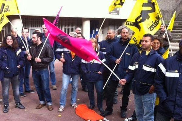 Une trentaine de postiers en grève devant le bâtiment de la Poste à Orléans la Source