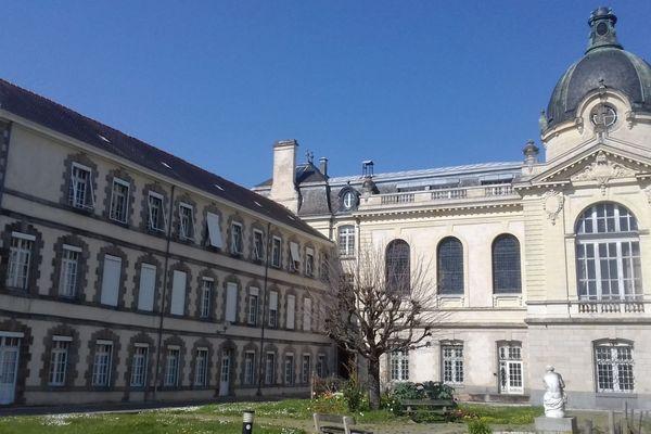 Patients confinés, soignants exposés : le stress est palpable au sein de l'Hôpital psychiatrique Guillaume Régnier de Rennes.