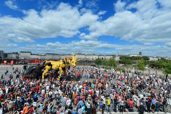Long Ma, le cheval dragon ravi des milliers de spectateurs dans le parc des chantier de l'Île de Nantes