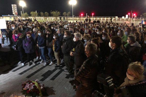 Lors de la minute de silence ce mercredi soir à Nice.