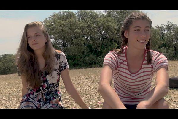 Léa, alias Inès à droite, a imaginé ce film où elle incarne une collégienne des années 80.