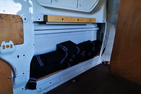 Les chaussettes étaient dissimulées dans les portières d'un fourgon. Elles contenaient 388 460 euros en liquide.