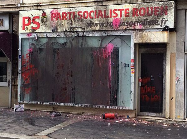 La vitrine du siège du PS de Rouen après le passage de la manif du 9 mars 2016 contre le projet de réforme du code du travail.