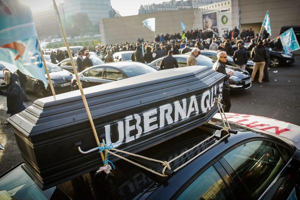 Les chauffeurs de VTC en colère contre les plateformes de réservation, dont Uber, lors d'une manifestation le 15 décembre 2016, à Paris.