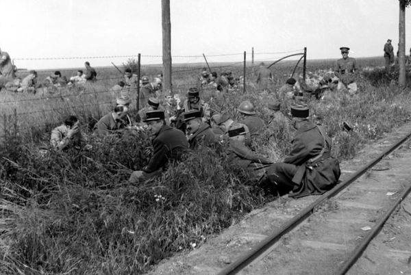 Des soldats alliés - français et britanniques - capturés en Belgique en mai 1940.