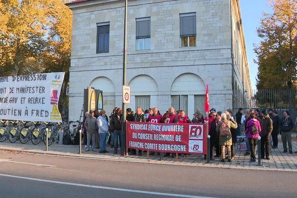 Un rassemblement de soutien à Frédéric Vuilalume, convoqué au commissariat, était organisé à Besançon ce lundi 18 octobre au matin.