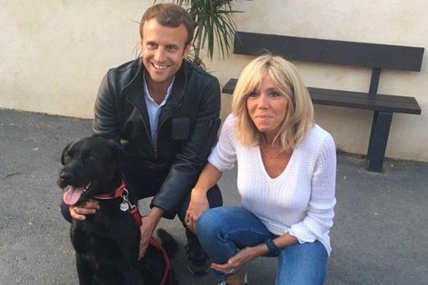 Emmanuel et Brigitte Macron, avec Nemo.
