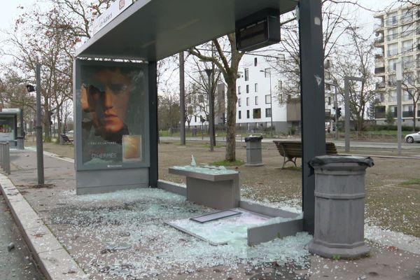 Aux Aubiers, les arrêts de bus ont aussi fait les frais de cette nuit de violences urbaines.