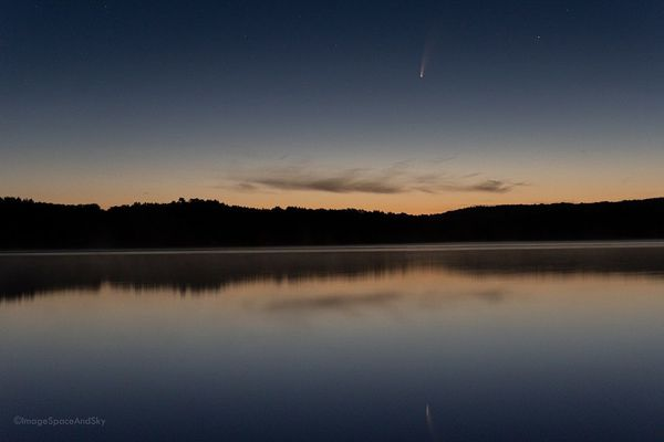 La comète Neowise photographiée le 9 juillet à 4h20 du matin sur les rives du lac de Saint-Pardoux