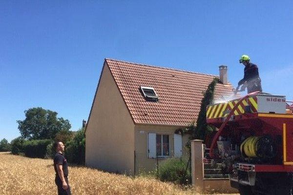 L'intervention des pompiers est en cours.
