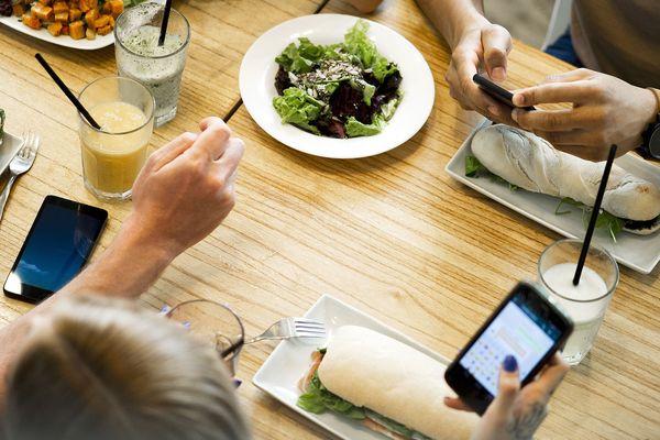 Hal'Rezo est aussi un réseau social où les utilisateurs peuvent poster des photos de leur repas au restaurant.