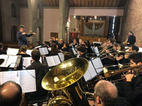 Le chef Ludovic Berard dirige l'orchestre aux multiples cuivres.