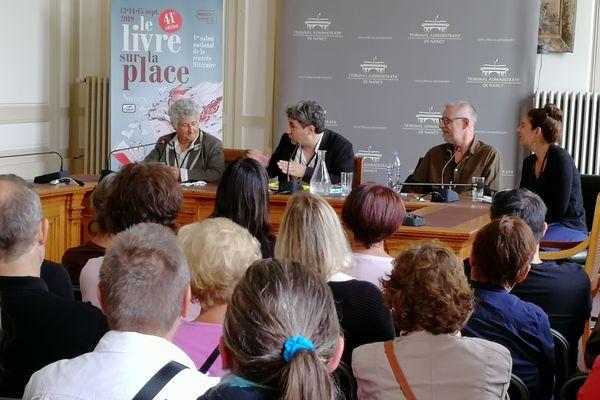 """Débat autour du """"polar à la française"""" avec Maud Tabachnik (à gauche) et Graeme Macrae Burnet (2e à partir de la droite), dans la salle d'audience du Tribunal Administratif, à l'occasion de la 41e édition du Livre sur la Place à Nancy."""