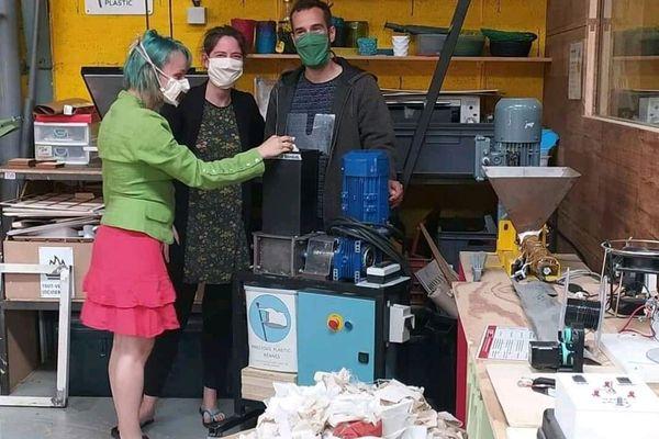 Broyage du tissu usagé qui va permettre de produire la bourre textile pour la confection des poufs
