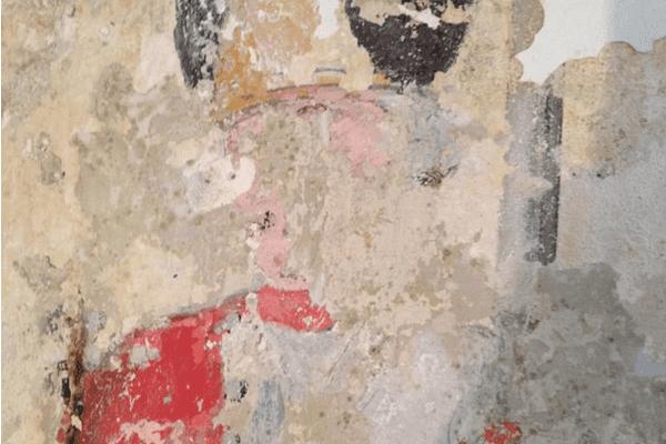Le visage n'a pas encore été dégagé des derniers badigeons de chaux (c'est une opération délicate qui sera réalisée par un restaurateur spécialisé en peinture murale)
