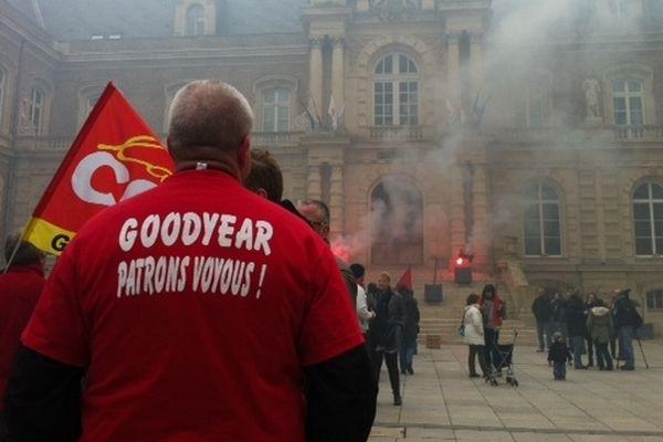 Barbecue des salariés de Goodyear devant la mairie d'Amiens