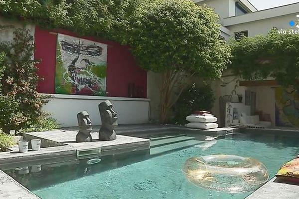 De l'art, au bord de la piscine...