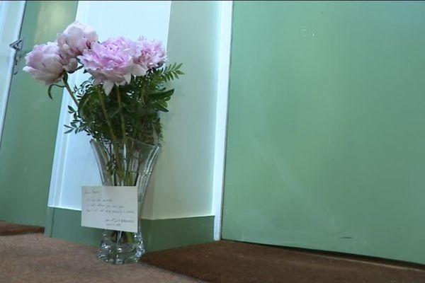 Un bouquet de fleurs déposé devant la porte de Ronan Gosnet, victime de l'attaque au couteau, samedi, dans le quartier d'Opéra, à Paris.