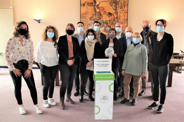 Les 7 gérantes des salons de coiffures participants à l'initiative de la start-up Capillum entourées des membres de la Mairie de la ville.