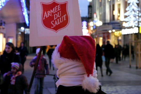 Une collecte de l'Armée du salut à Mulhouse (Haut-Rhin), pendant Noël en 2009.