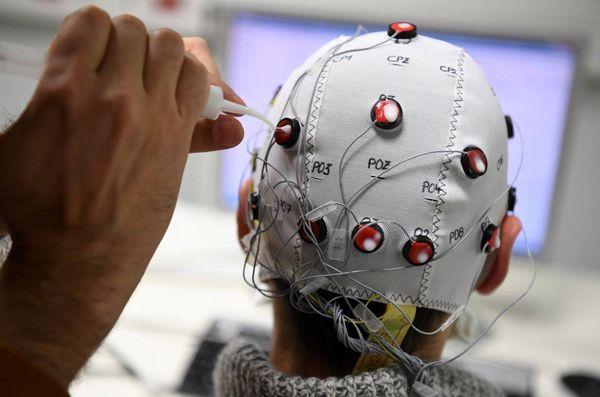 """Un chercheur équipé du casque pour tester """"Brain Invaders"""" à Grenoble."""