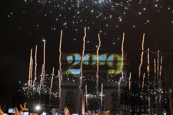 Le passage à l'année 2019, à Paris sur les Champs-Elysées.