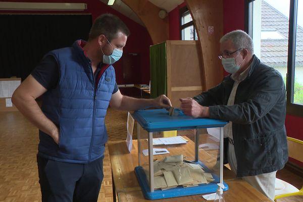 Bureau de vote à Saint-Priest-sur-Gimel (Corrèze).20.06.2021