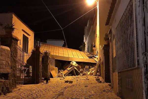 Un séisme de magnitude 4,0 lundi soir à Ischia, une île très touristique au large de Naples (sud de l'Italie), a fait au moins deux morts.