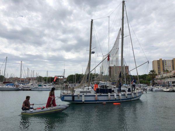 """De Marseille à Lesbos, Mandine et Emilien jouent """"Une goutte d'eau,à bord de  leur bateau-théâtre."""