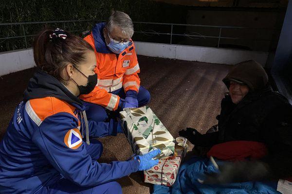 """Les bénévoles de la Protection Civile 06 distribuent bonne humeur, repas chauds et cette année les fameuses """"boites de Noël"""" aux plus démunis."""
