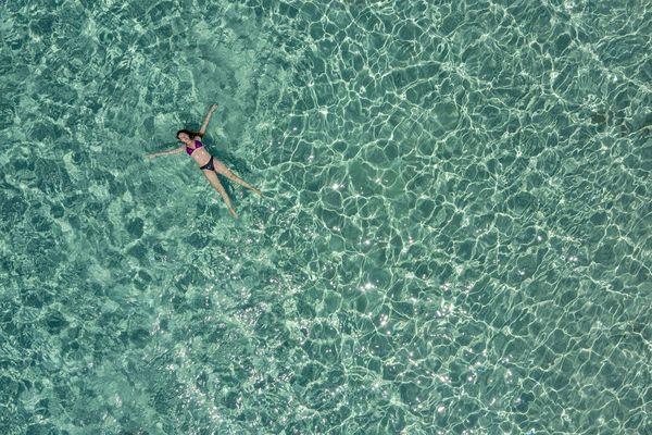 Cette baigneuse n'a pas l'air aquastressée. Mais il suffit d'une rencontre avec un crabe, une méduse ou un banc de sacs en plastique pour que tout bascule