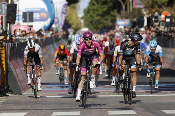 Arnaud Démare lors de sa troisième étape remportée du Tour d'Italie 2020 à Brindisi, le 9 octobre.