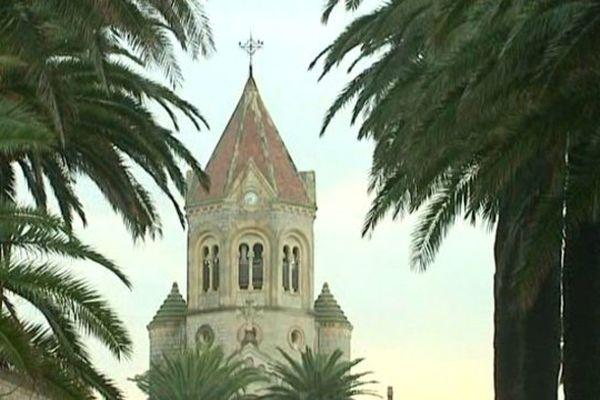 Au large de la baie de Cannes, ce qui fait la particularité de l'île St Honorat est d'être, depuis 16 siècles, un lieu de vie monastique et de recherche de Dieu.