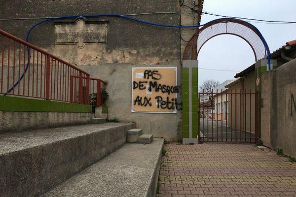 """""""Pas de masques aux petits"""" c'est ce qui a été inscrit sur les murs de l'école de Poussan, dans l'Hérault"""