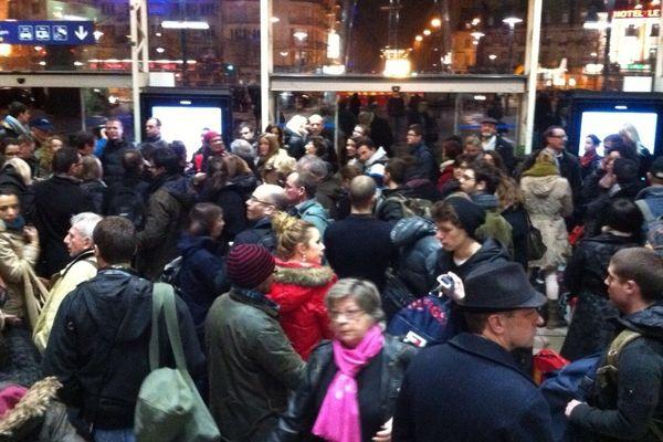 Les voyageurs attendent les cars en gare de Rennes, tous les trains étant annulés entre Rennes et Brest