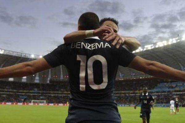 Benzema et Valbuena qui se congratulent- Archives Equipe de France