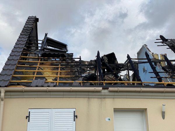 La maison a subi d'importants dégâts causés par la foudre.