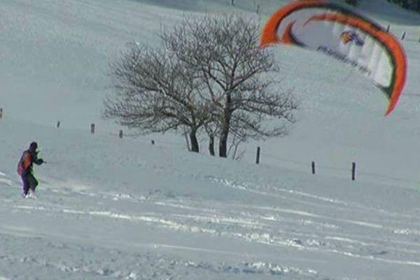 Le col de Bonnecombe est un spot prisé des adeptes du snowkite, sorte de snowboard tracté par une voile
