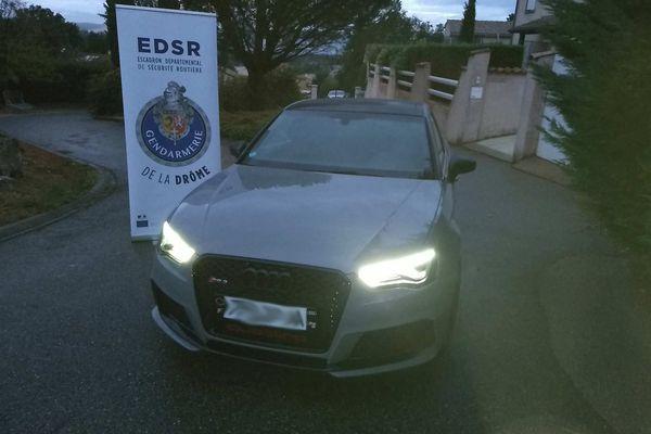 Le jeune homme conduisait une Audi RS3 équipée d'un moteur de 400 chevaux. Il a atteint 283 km/h sur l'autoroute A7.