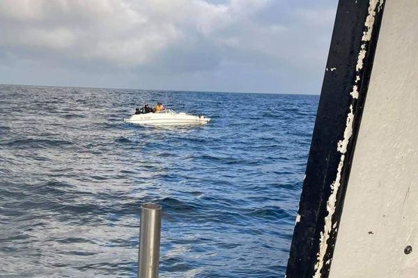 Le bateau des 27 migrants au large de Saint-Malo, pris par un patron pêcheur depuis son bateau ce 8 juillet
