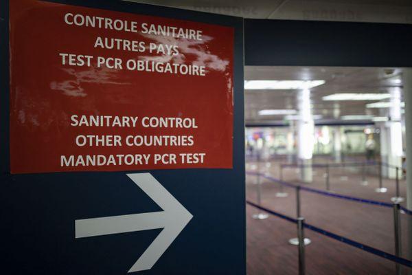 Panneau indiquant la zone de contrôle pour les passagers à leur arrivée à l'aéroport de Roissy, le 25 avril 2021