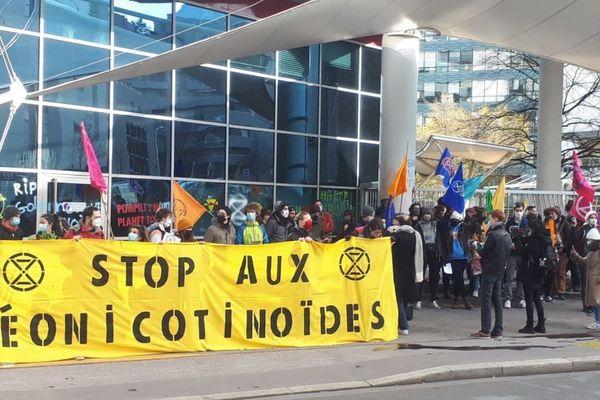 Près de 200 militants activistes d'Extinction Rebellion ont organisé une action coup de poing, vendredi 19 mars, pour protester contre le géant de l'agrochimie Bayer, dans le 9e arrondissement de Lyon.