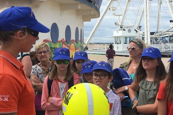 Sur la plage de Ouistreham, la SNSM initie les enfants aux premiers secours et risques en bord de mer.