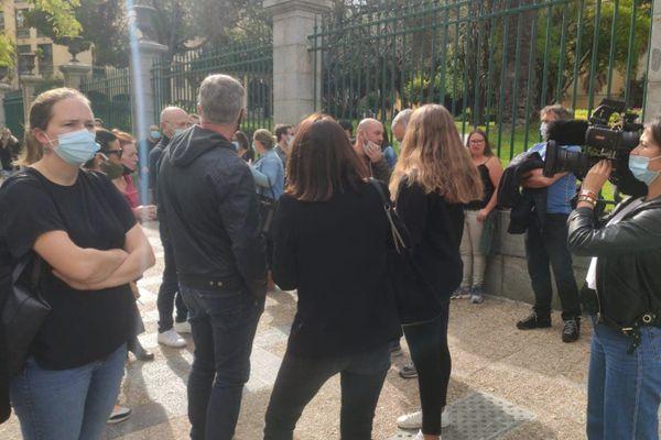 Les patrons et gérants de débit de boisson manifestent ce vendredi devant la préfecture d'Ajaccio.